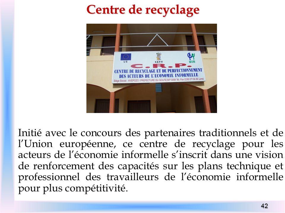 42 Centre de recyclage Initié avec le concours des partenaires traditionnels et de lUnion européenne, ce centre de recyclage pour les acteurs de lécon