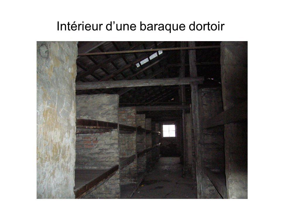 Intérieur dune baraque dortoir