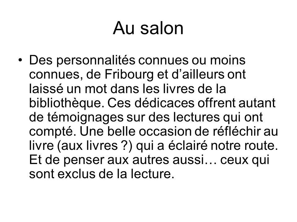 Au salon Des personnalités connues ou moins connues, de Fribourg et dailleurs ont laissé un mot dans les livres de la bibliothèque. Ces dédicaces offr