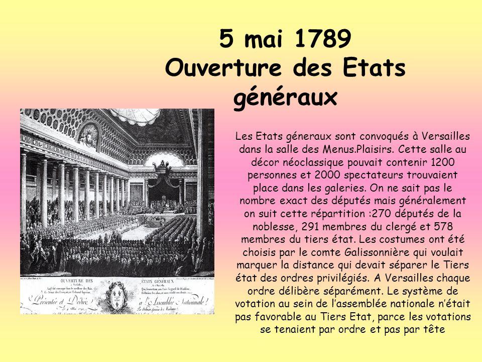 Les Etats géneraux sont convoqués à Versailles dans la salle des Menus.Plaisirs. Cette salle au décor néoclassique pouvait contenir 1200 personnes et