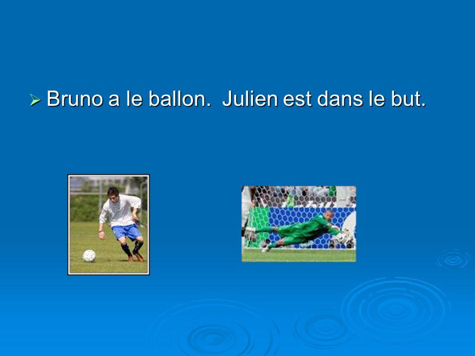 Bruno a le ballon. Julien est dans le but. Bruno a le ballon. Julien est dans le but.