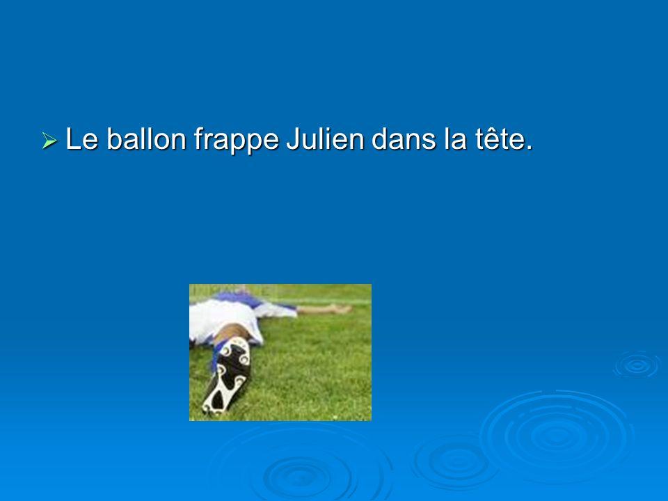 Le ballon frappe Julien dans la tête. Le ballon frappe Julien dans la tête.