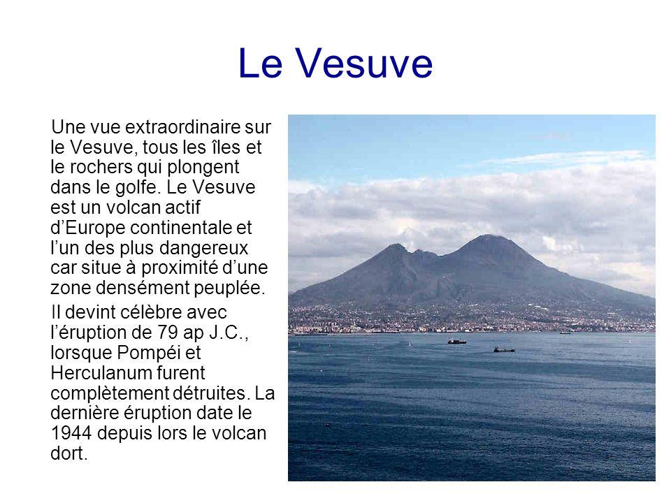 Le Vesuve Une vue extraordinaire sur le Vesuve, tous les îles et le rochers qui plongent dans le golfe. Le Vesuve est un volcan actif dEurope continen