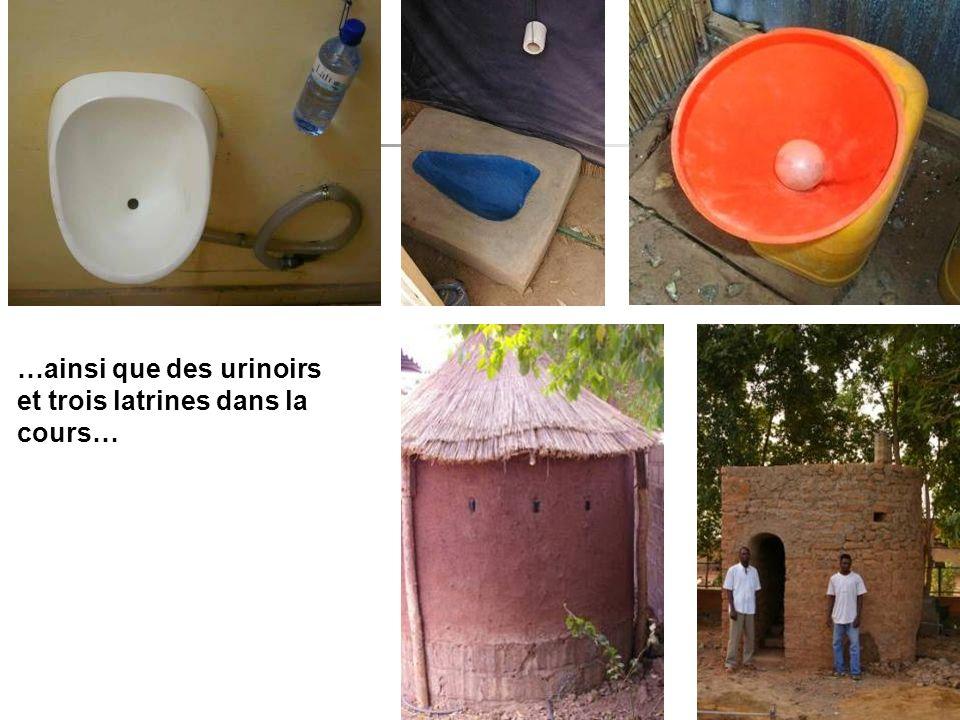 …ainsi que des urinoirs et trois latrines dans la cours…