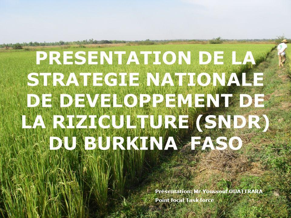 Informations générales sur le BF Burkina Faso est un pays de lAfrique de lOuest; Superficie totale=274.200 km 2 ; Population (2009) est estim é e: 15,74 millions avec un taux de croissance de: 3%; PIB (2008)=7,28 Milliards US$; PIB par habitant est 480 US$; LAgriculture représente 33% du PIB et occupe 85% de la main doeuvre active; Taux dautosuffisance en riz est de 30%; La valeur des importations en riz (2006)= 68,7 Millions US$.