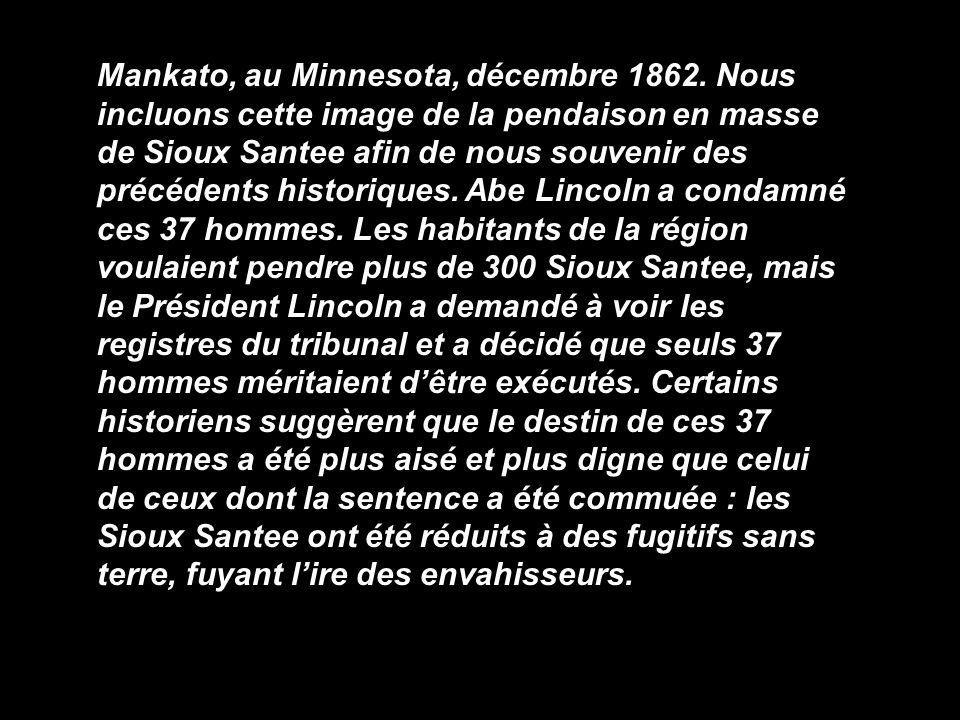 Mankato, au Minnesota, décembre 1862. Nous incluons cette image de la pendaison en masse de Sioux Santee afin de nous souvenir des précédents historiq