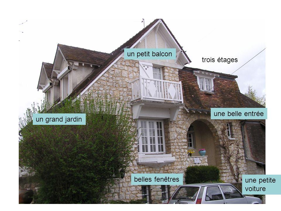 trois étages un petit balcon belles fenêtres une petite voiture une belle entrée un grand jardin