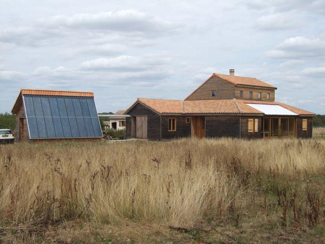 La maison de bois cordé de Sylvie Bernard et Jean-Marie Bernier 12 m² de capteurs photovoltaiques, électricité vendue (0,15 /kwh) et achetée (0,08 /kwh) à la compagnie d électricité (SOREGI).