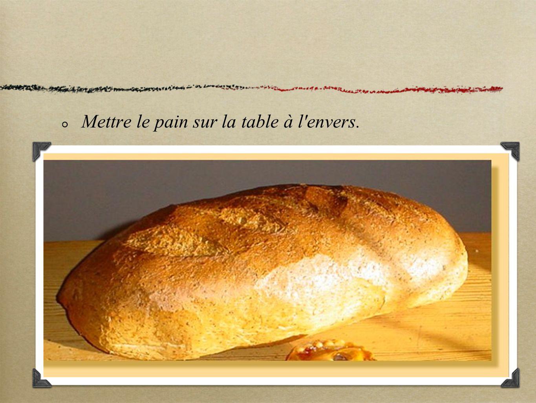 Mettre le pain sur la table à l'envers.