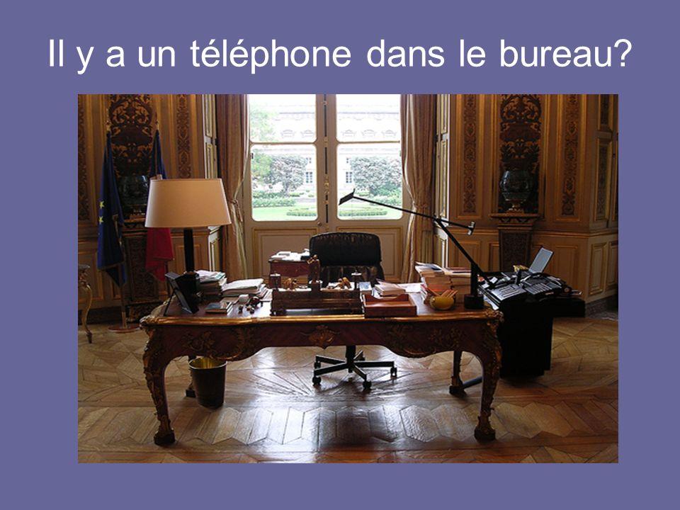 Il y a un téléphone dans le bureau?