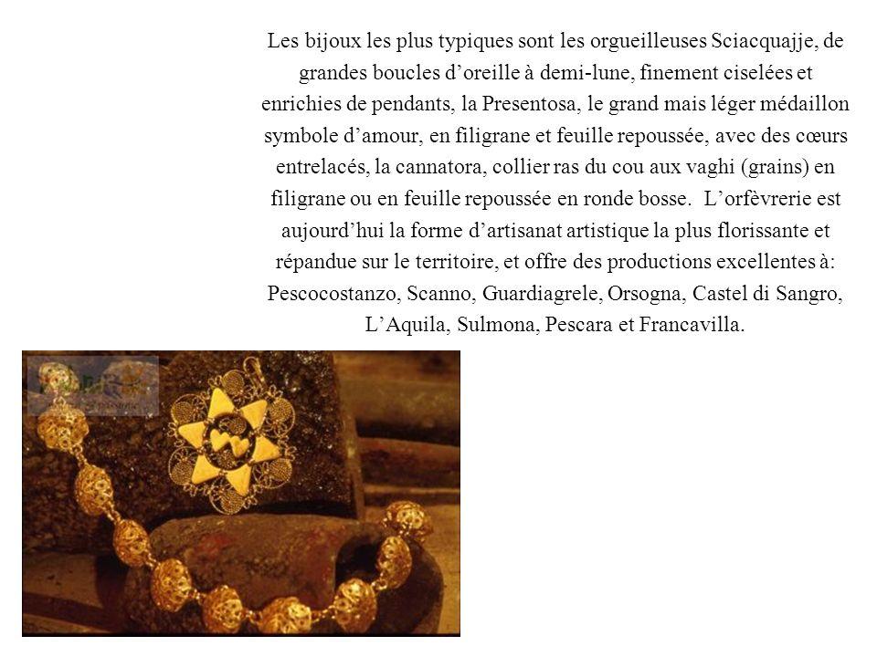 Les bijoux les plus typiques sont les orgueilleuses Sciacquajje, de grandes boucles doreille à demi-lune, finement ciselées et enrichies de pendants,