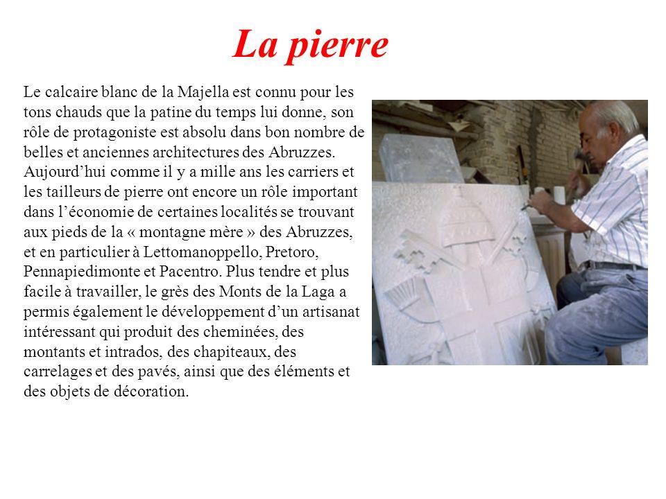 La pierre Le calcaire blanc de la Majella est connu pour les tons chauds que la patine du temps lui donne, son rôle de protagoniste est absolu dans bo