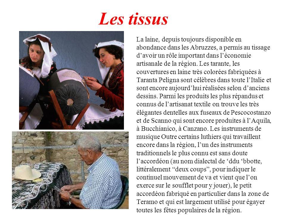 Les tissus La laine, depuis toujours disponible en abondance dans les Abruzzes, a permis au tissage davoir un rôle important dans léconomie artisanale