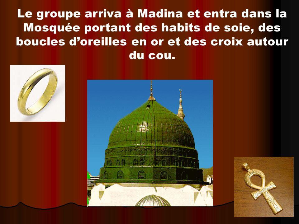 Le groupe arriva à Madina et entra dans la Mosquée portant des habits de soie, des boucles doreilles en or et des croix autour du cou.