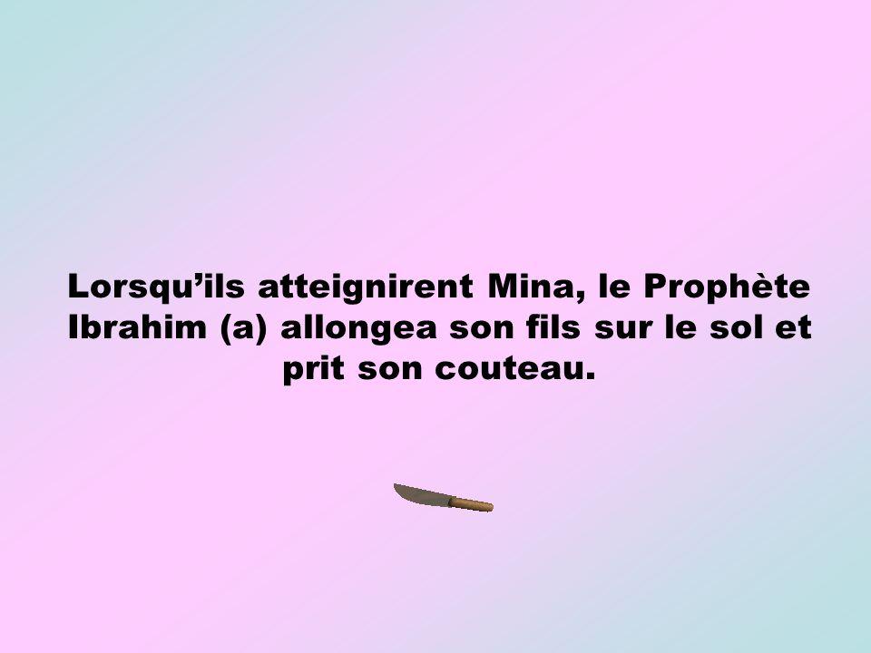 Lorsquils atteignirent Mina, le Prophète Ibrahim (a) allongea son fils sur le sol et prit son couteau.