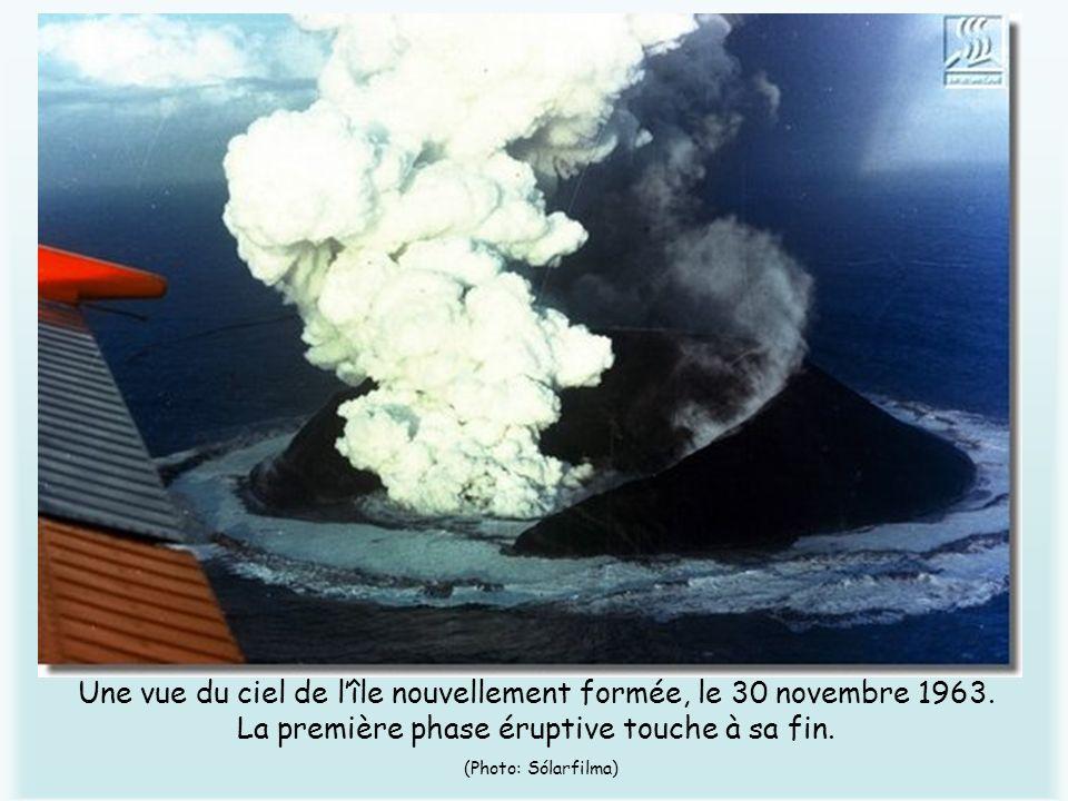 Une vue du ciel de lîle nouvellement formée, le 30 novembre 1963. La première phase éruptive touche à sa fin. (Photo: Sólarfilma)