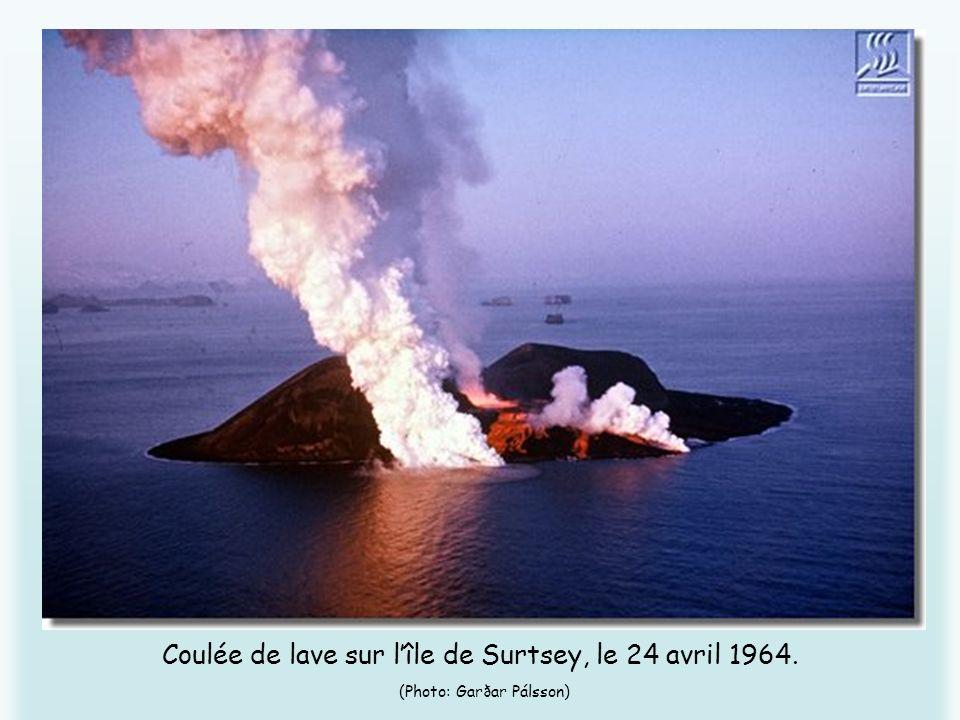 Coulée de lave sur lîle de Surtsey, le 24 avril 1964. (Photo: Garðar Pálsson)