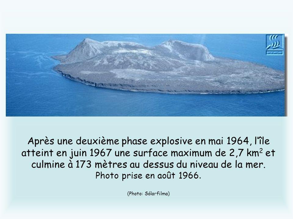Après une deuxième phase explosive en mai 1964, lîle atteint en juin 1967 une surface maximum de 2,7 km 2 et culmine à 173 mètres au dessus du niveau