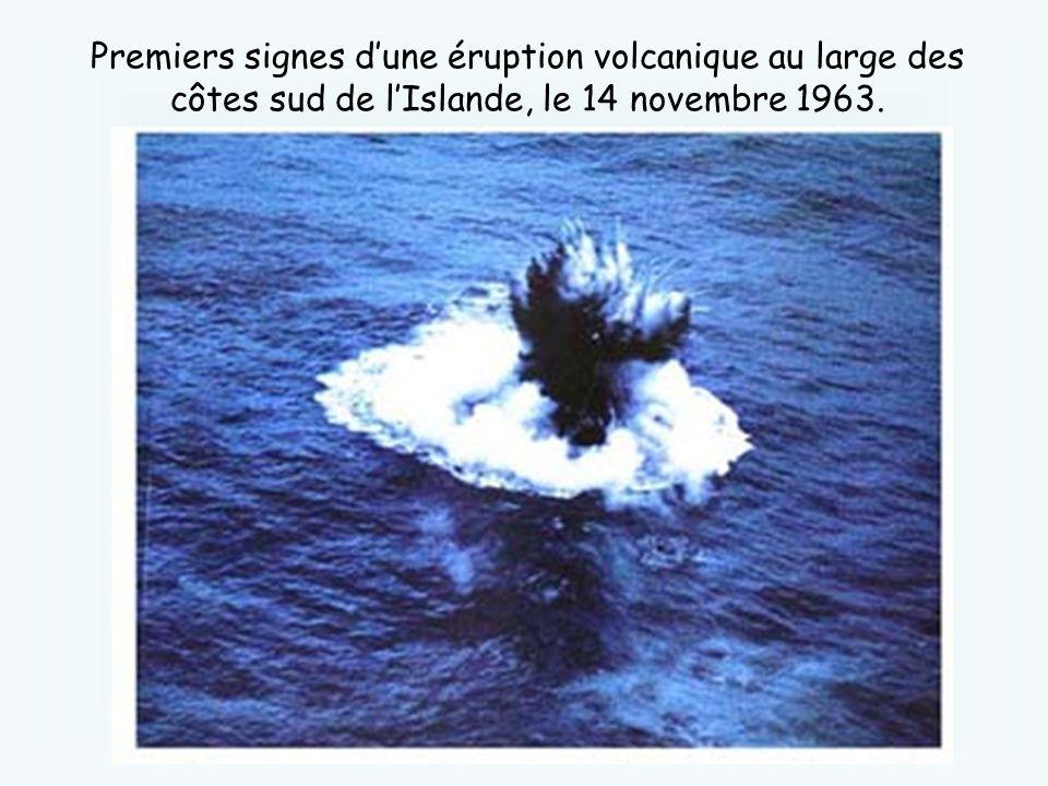 Premiers signes dune éruption volcanique au large des côtes sud de lIslande, le 14 novembre 1963.