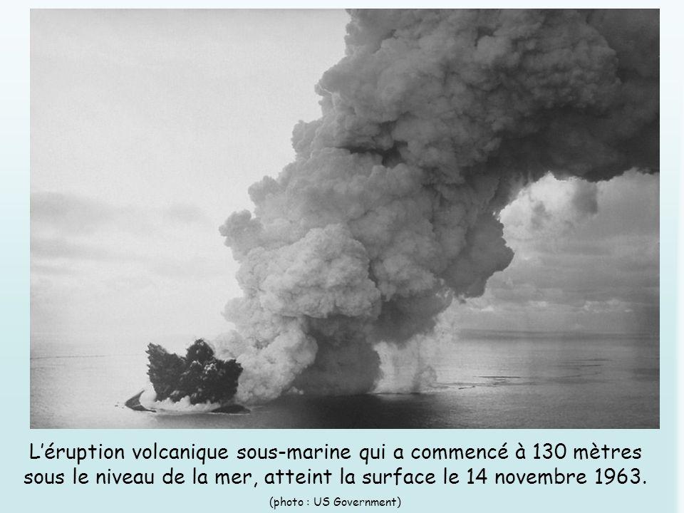 Léruption volcanique sous-marine qui a commencé à 130 mètres sous le niveau de la mer, atteint la surface le 14 novembre 1963. (photo : US Government)