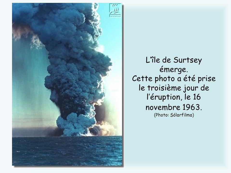 Lîle de Surtsey émerge. Cette photo a été prise le troisième jour de léruption, le 16 novembre 1963. (Photo: Sólarfilma)