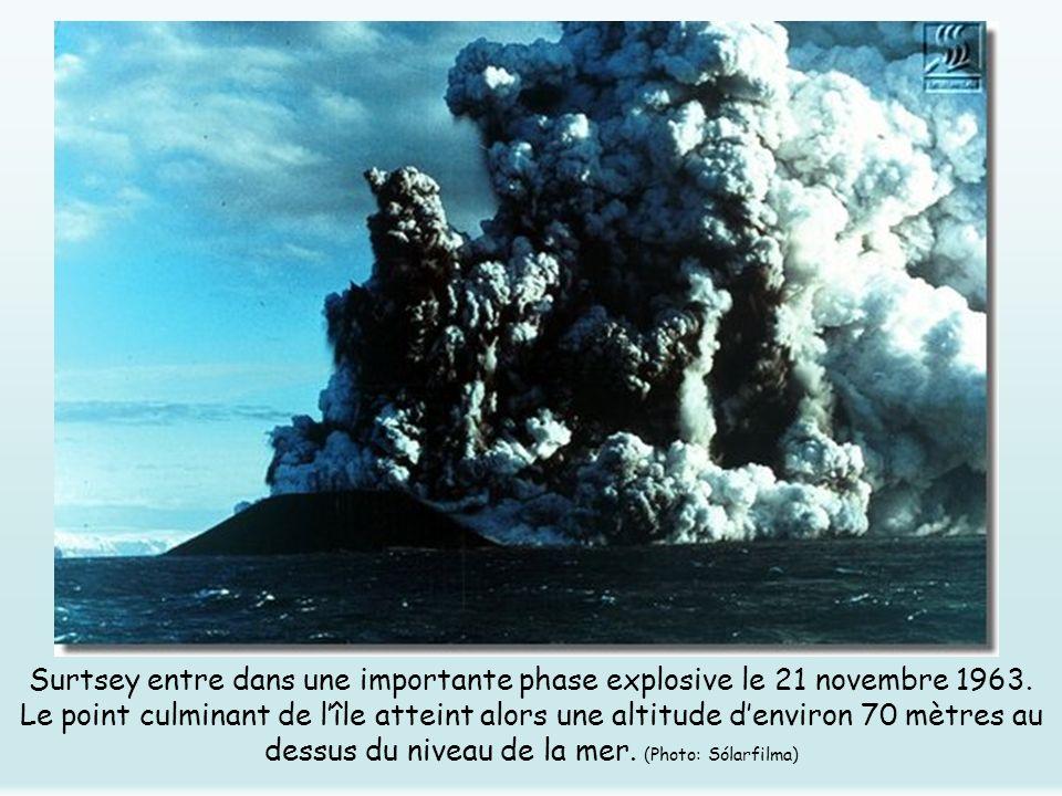 Surtsey entre dans une importante phase explosive le 21 novembre 1963. Le point culminant de lîle atteint alors une altitude denviron 70 mètres au des