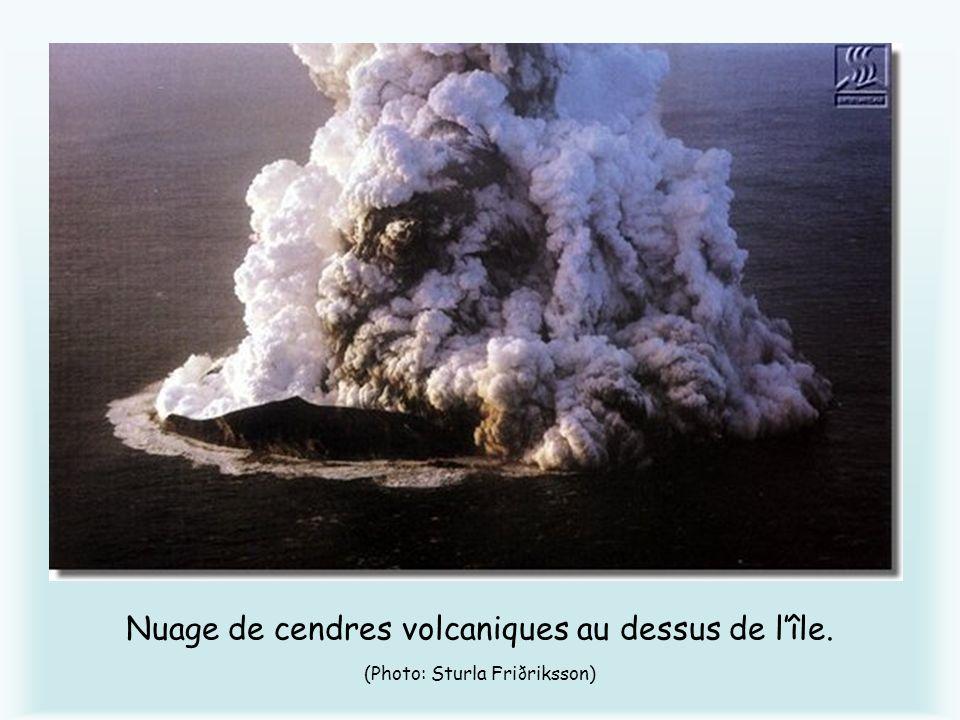 Nuage de cendres volcaniques au dessus de lîle. (Photo: Sturla Friðriksson)