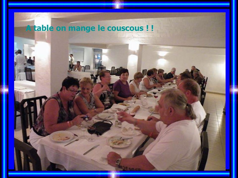A table on mange le couscous ! !