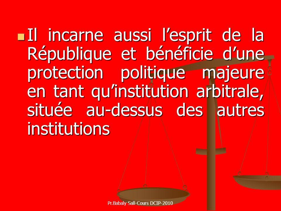 Il incarne aussi lesprit de la République et bénéficie dune protection politique majeure en tant quinstitution arbitrale, située au-dessus des autres