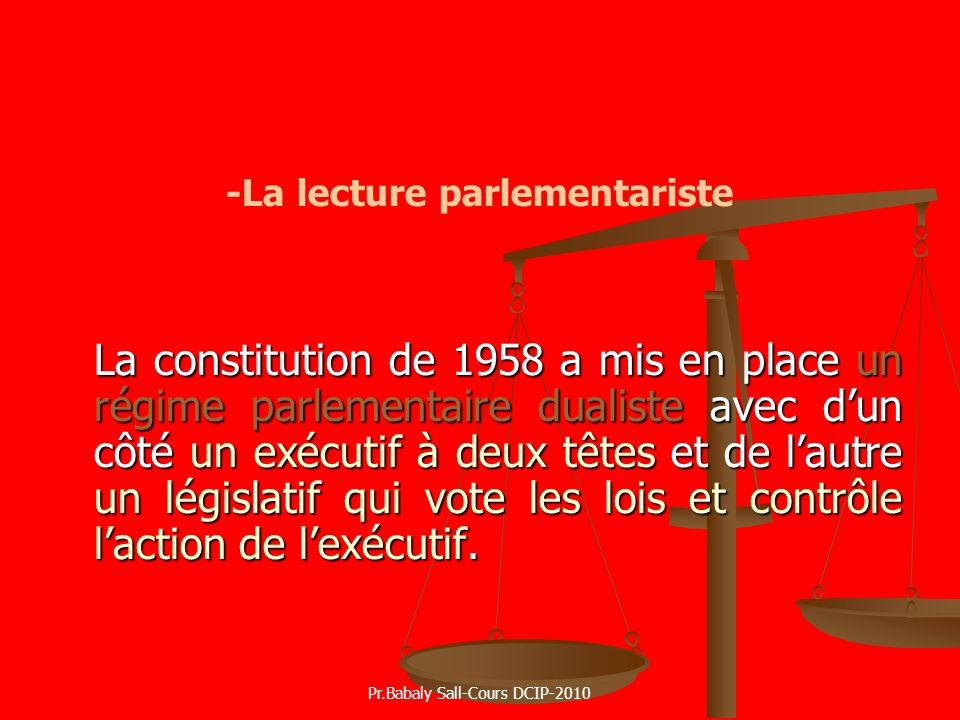 -La lecture parlementariste La constitution de 1958 a mis en place un régime parlementaire dualiste avec dun côté un exécutif à deux têtes et de lautr