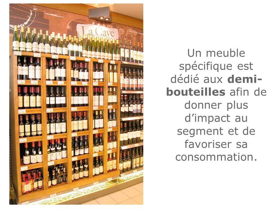 Un meuble spécifique est dédié aux demi- bouteilles afin de donner plus dimpact au segment et de favoriser sa consommation.