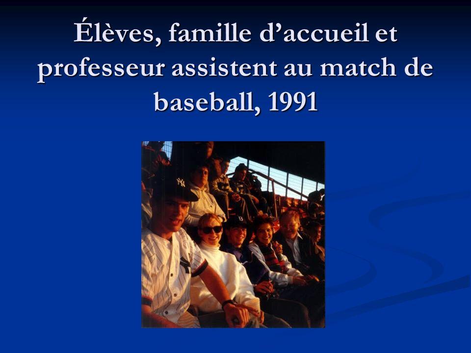 Élèves, famille daccueil et professeur assistent au match de baseball, 1991