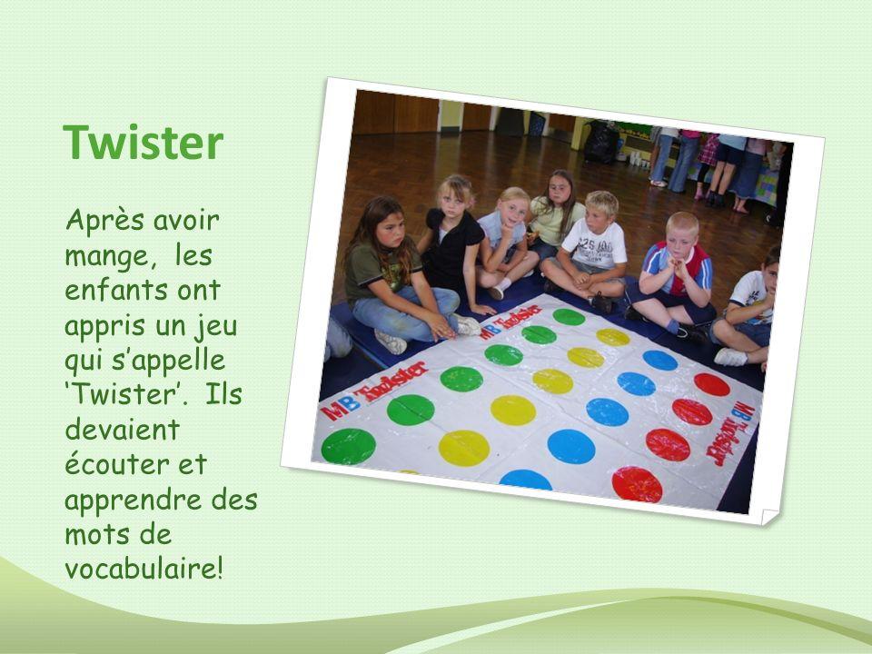 Twister Après avoir mange, les enfants ont appris un jeu qui sappelle Twister. Ils devaient écouter et apprendre des mots de vocabulaire!