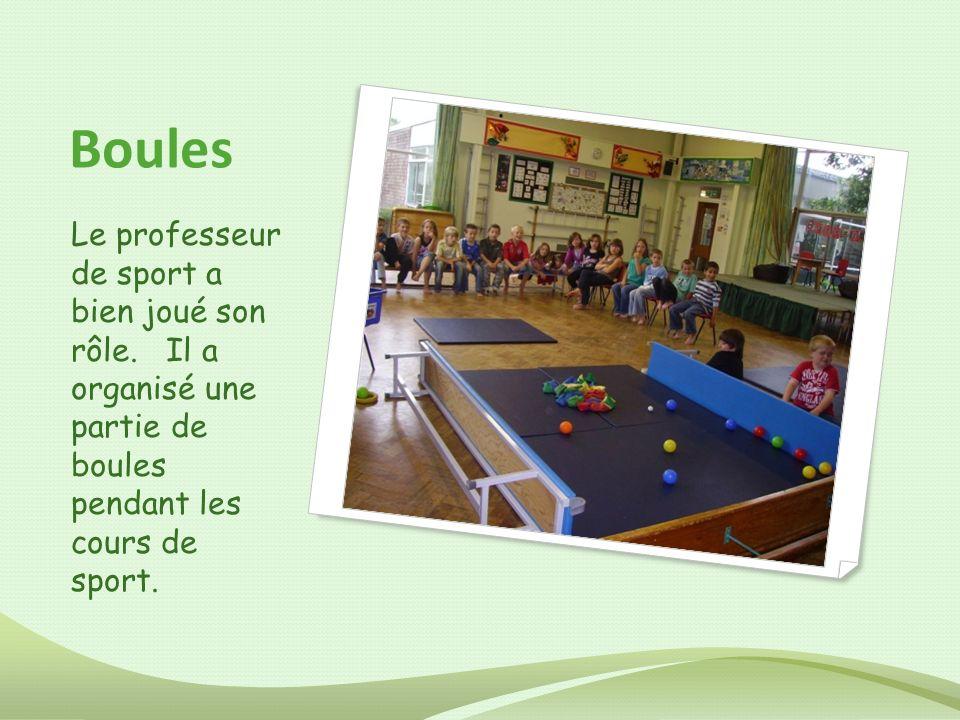 Boules Le professeur de sport a bien joué son rôle. Il a organisé une partie de boules pendant les cours de sport.