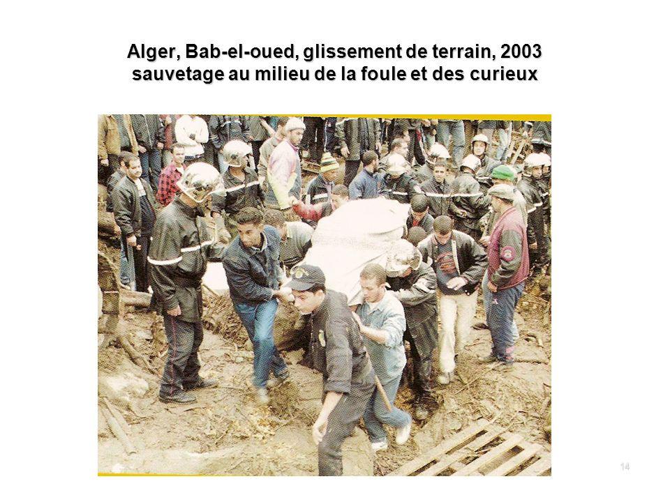 14 Alger, Bab-el-oued, glissement de terrain, 2003 sauvetage au milieu de la foule et des curieux