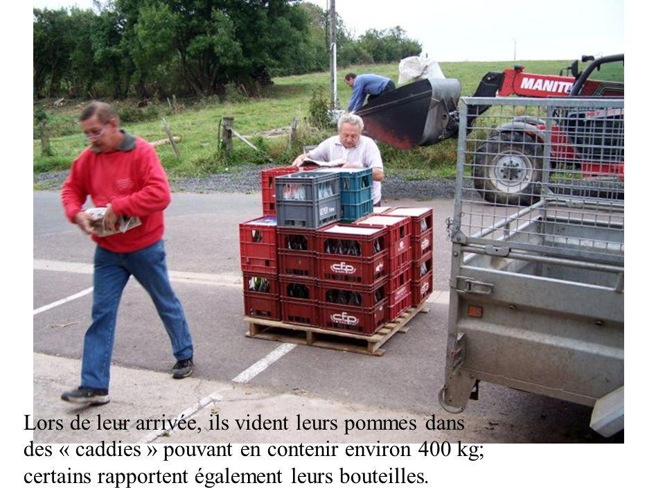 Tous les ans à la même époque, cest leffervescence rue du moulin : les clients apportent leurs pommes pour les faire transformer en un jus clair et naturel.