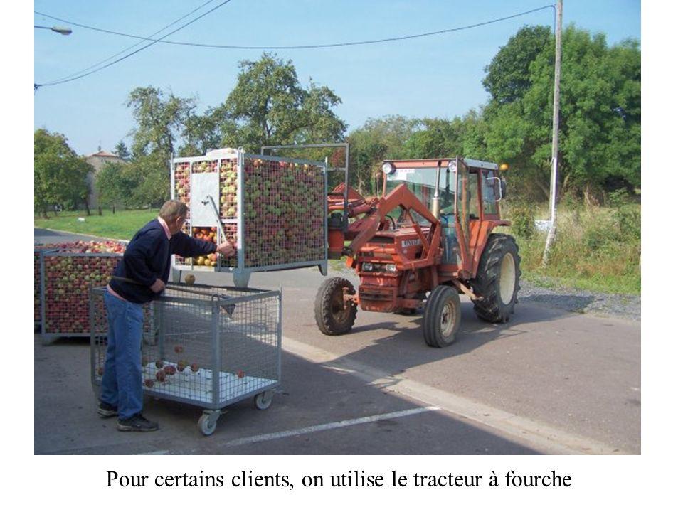 Lors de leur arrivée, ils vident leurs pommes dans des « caddies » pouvant en contenir environ 400 kg; certains rapportent également leurs bouteilles.