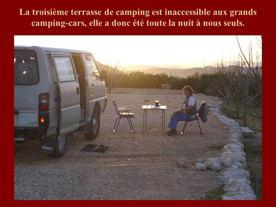 La troisième terrasse de camping est inaccessible aux grands camping-cars, elle a donc été toute la nuit à nous seuls.