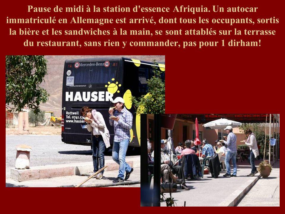Pause de midi à la station d'essence Afriquia. Un autocar immatriculé en Allemagne est arrivé, dont tous les occupants, sortis la bière et les sandwic