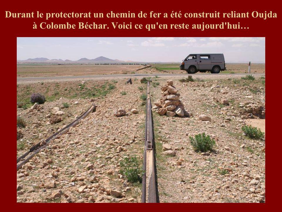 Durant le protectorat un chemin de fer a été construit reliant Oujda à Colombe Béchar. Voici ce qu'en reste aujourd'hui…