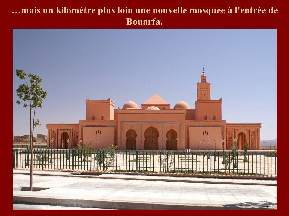 …mais un kilomètre plus loin une nouvelle mosquée à l'entrée de Bouarfa.