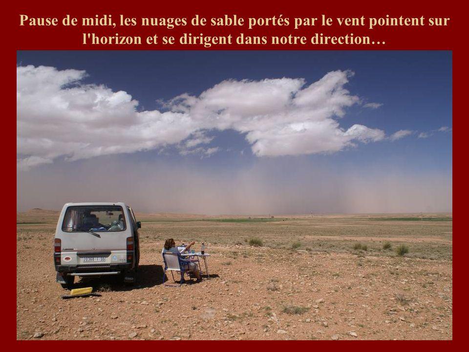 Pause de midi, les nuages de sable portés par le vent pointent sur l'horizon et se dirigent dans notre direction…