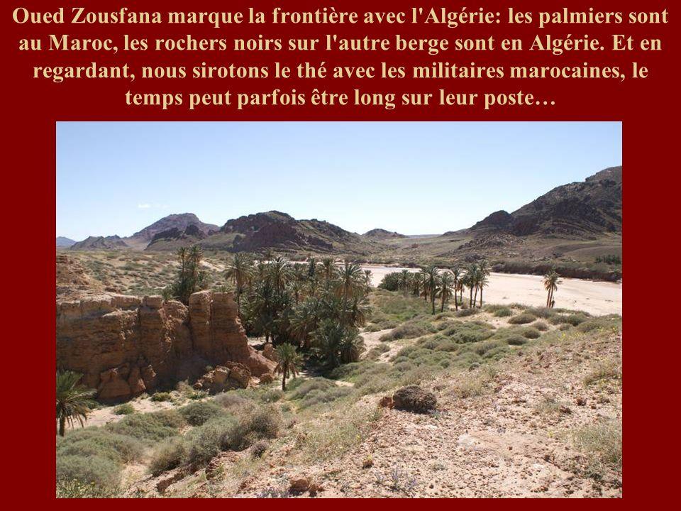 Oued Zousfana marque la frontière avec l'Algérie: les palmiers sont au Maroc, les rochers noirs sur l'autre berge sont en Algérie. Et en regardant, no
