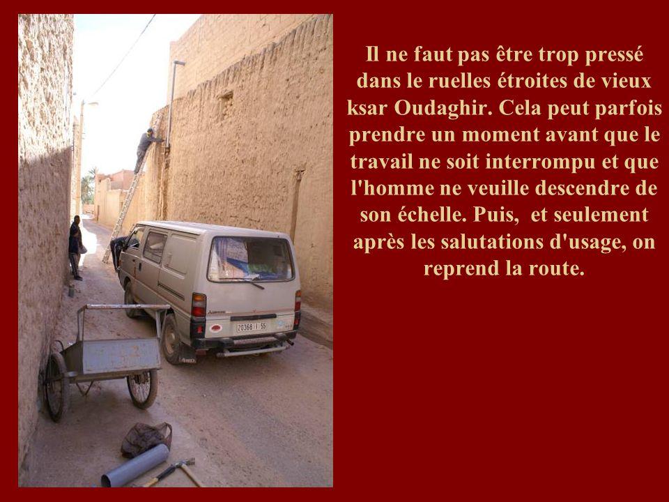 Il ne faut pas être trop pressé dans le ruelles étroites de vieux ksar Oudaghir. Cela peut parfois prendre un moment avant que le travail ne soit inte