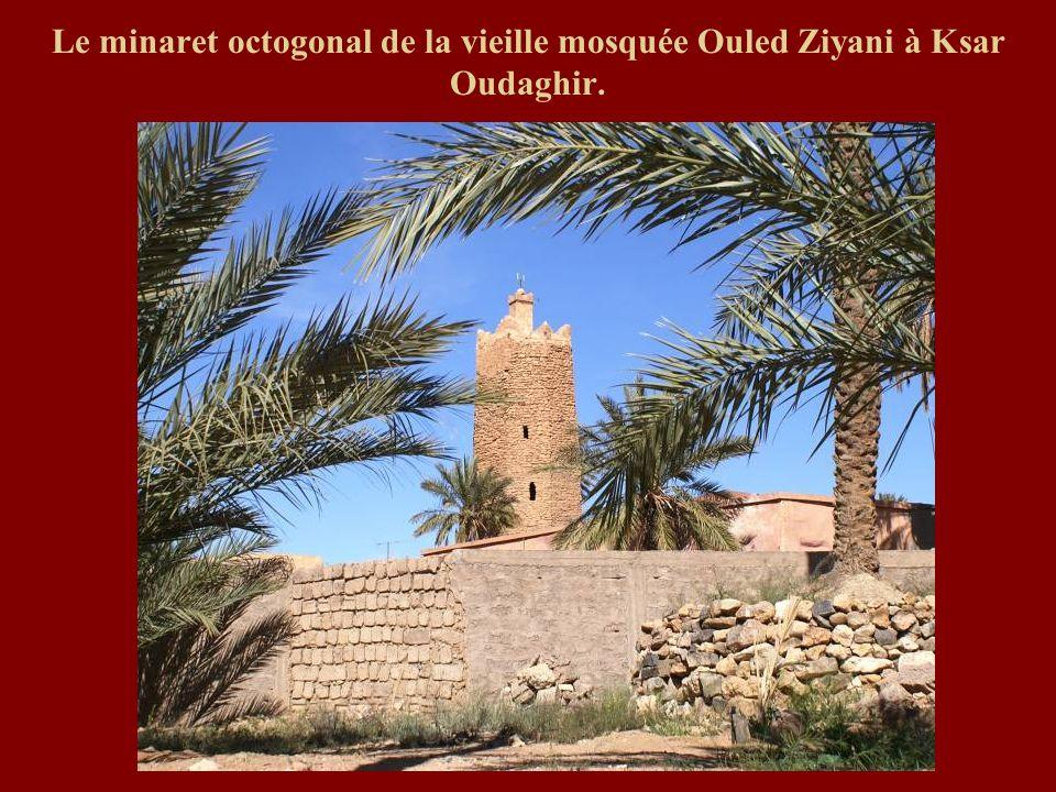 Le minaret octogonal de la vieille mosquée Ouled Ziyani à Ksar Oudaghir.