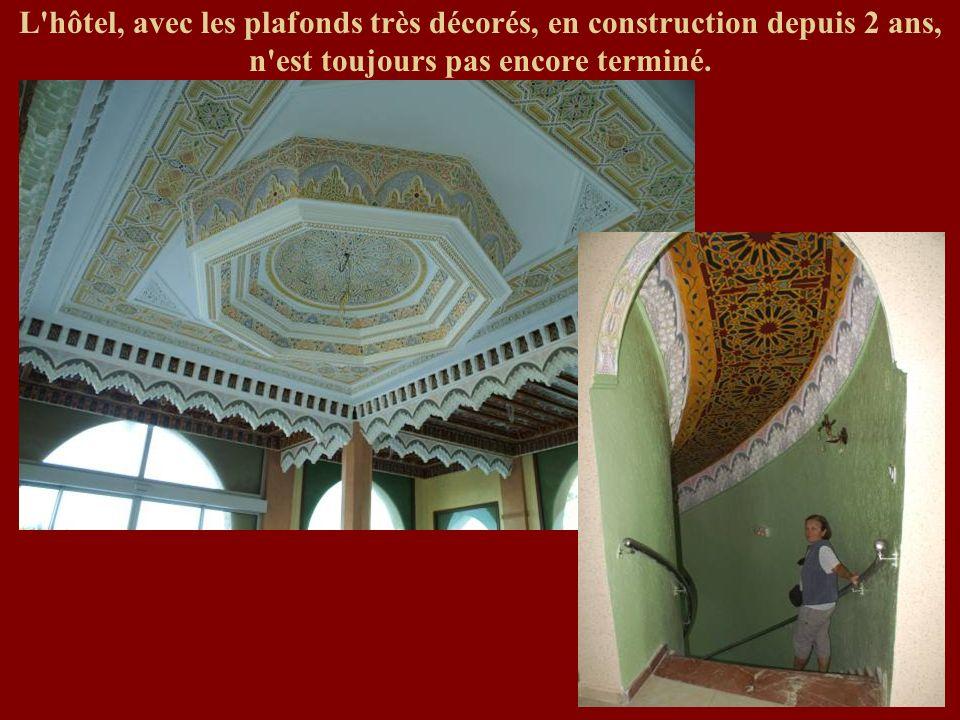L'hôtel, avec les plafonds très décorés, en construction depuis 2 ans, n'est toujours pas encore terminé.