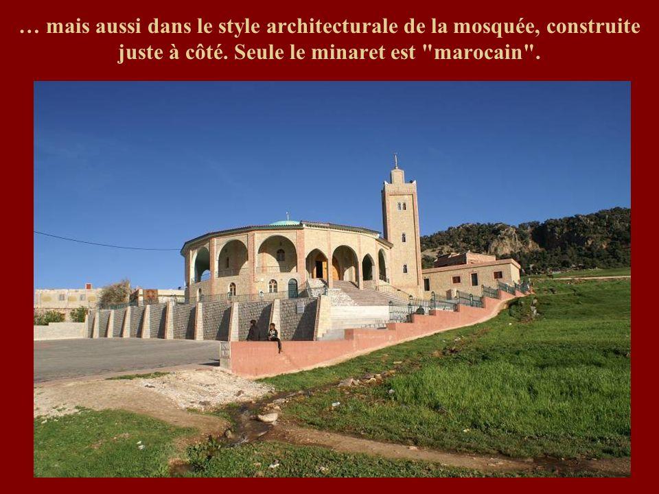 … mais aussi dans le style architecturale de la mosquée, construite juste à côté. Seule le minaret est