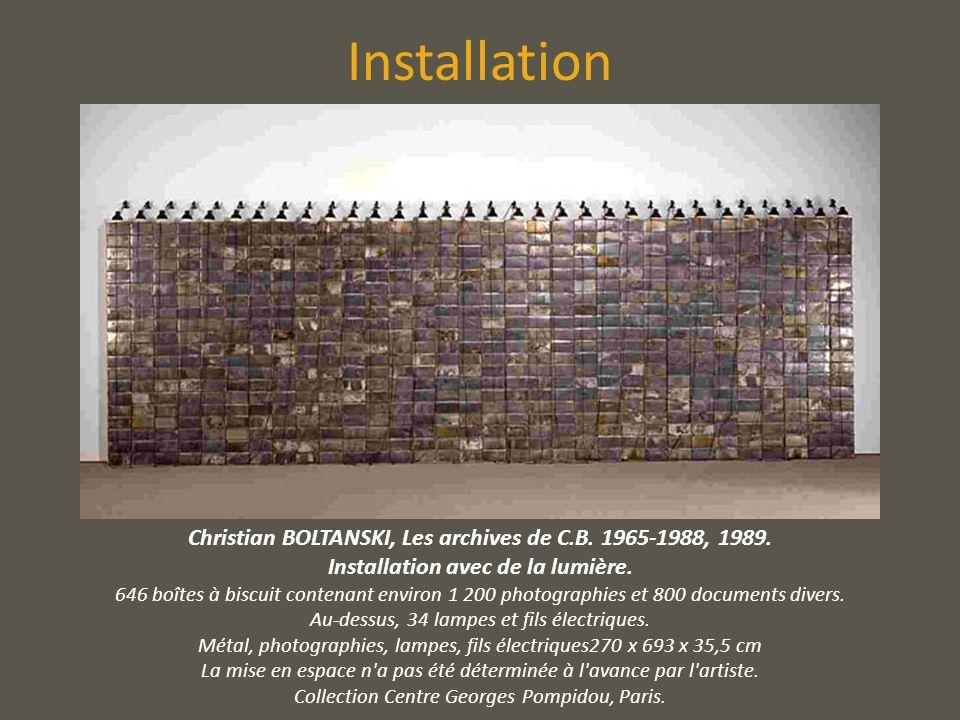 Installation Christian BOLTANSKI, Les archives de C.B. 1965-1988, 1989. Installation avec de la lumière. 646 boîtes à biscuit contenant environ 1 200