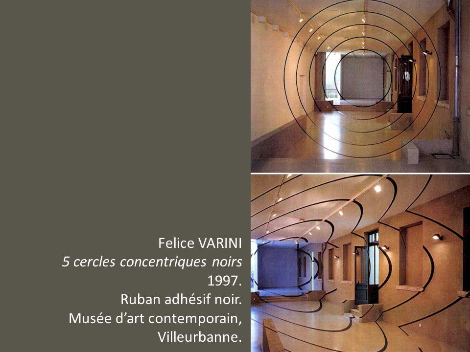 Felice VARINI 5 cercles concentriques noirs 1997. Ruban adhésif noir. Musée dart contemporain, Villeurbanne.