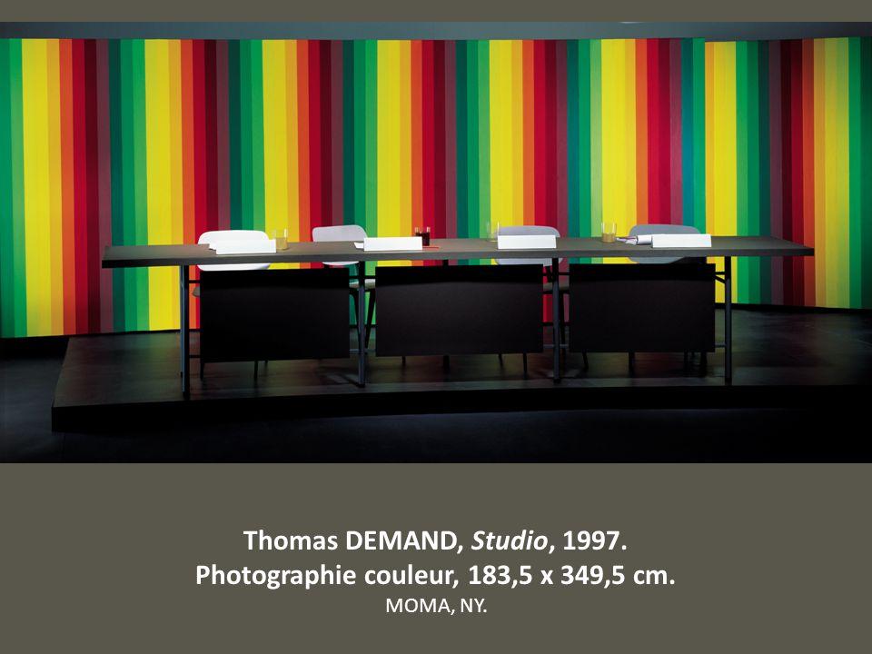 Thomas DEMAND, Studio, 1997. Photographie couleur, 183,5 x 349,5 cm. MOMA, NY.